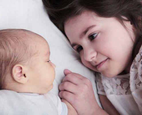 bebe recien nacido y hermana