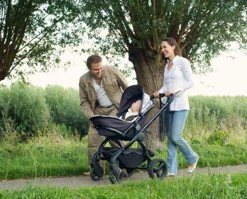 padres paseando a recién nacido