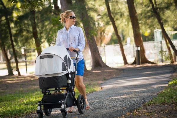 paseando con carrito para bebés